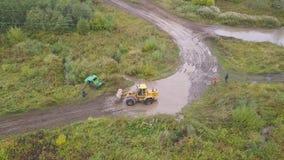 Traktorschleppseilauto clip Draufsicht von SUV, stieg von der Rennstrecke, die verlorene Steuerung ab, genommen, um Traktor zu sc stock video footage