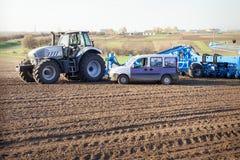 traktorseeder på stora hjul Arkivfoto