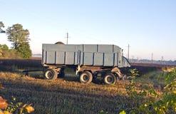 Traktorsläp på lantgårdfält i höstmorgon Arkivbild