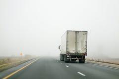 Traktorsläp som kör in i dimma Royaltyfria Bilder