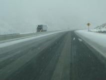 Traktorsläp kör försiktigt på icy vägar in Royaltyfria Foton
