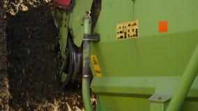 Traktorsnitthö på en lantgård stock video