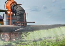 Traktorsprühsojabohnenöl stockfoto