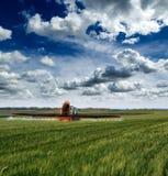 Traktorsprühsojabohnen-Erntefeld Lizenzfreie Stockfotografie