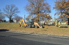Traktorutrustning som lokaliseras på sidan av vägen arkivbild