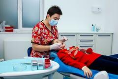 Traktowań dzieci dentysty zębów dziewczyny czerwieni lekarki nowego roku rabata biurowej małej nastoletniej kobiety czysta klinik zdjęcie royalty free