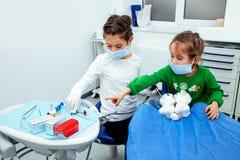 Traktowań dzieci dentysty zębów dziewczyny czerwieni lekarki nowego roku rabata biurowej małej nastoletniej kobiety czysta klinik obraz royalty free