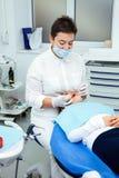 Traktowań dzieci dentysty zębów dziewczyny nowego roku rabata biurowej małej nastoletniej doktorskiej kobiety czysta klinika cich obraz stock
