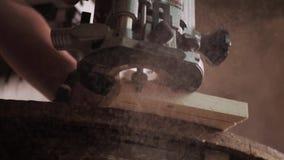 Traktowanie drewniana deska w warsztacie zdjęcie wideo