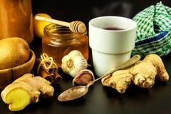 Traktowanie grypa i zimna tradycyjna medycyna Imbirowa herbata gorący napój rośliny lecznicze Domowa apteka obraz royalty free