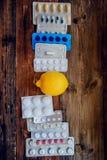 Traktowanie sezonowa grypa traktowanie pastylki, leki, termometru andFood witamina źródła, zdrowa dieta i zdrowia concep -, fotografia royalty free