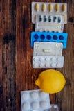 Traktowanie sezonowa grypa traktowanie pastylki, leki, termometru andFood witamina źródła, zdrowa dieta i zdrowia concep -, zdjęcie royalty free