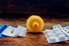 Traktowanie sezonowa grypa traktowanie pastylki, leki, termometru andFood witamina źródła, zdrowa dieta i zdrowia concep -, obraz stock