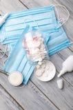 Traktowanie zimna i grypa Różnorodne medycyny, termometr, kiście od wyniosłego nosa kosmos kopii Medycyny mieszkanie nieatutowy zdjęcie royalty free