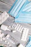 Traktowanie zimna i grypa Różnorodne medycyny, termometr, kiście od wyniosłego nosa kosmos kopii Medycyny mieszkanie nieatutowy obraz stock