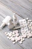 Traktowanie zimna i grypa Różnorodne medycyny, termometr, kiście od wyniosłego nosa kosmos kopii Medycyny mieszkanie nieatutowy obrazy stock