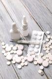 Traktowanie zimna i grypa Różnorodne medycyny, termometr, kiście od wyniosłego nosa kosmos kopii Medycyny mieszkanie nieatutowy zdjęcia royalty free