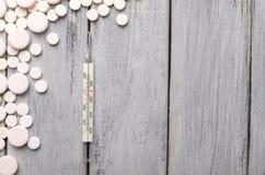 Traktowanie zimna i grypa Różnorodne medycyny, termometr, kiście od wyniosłego nosa kosmos kopii Medycyny mieszkanie nieatutowy fotografia stock