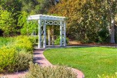 Traliccio e percorso del giardino immagine stock
