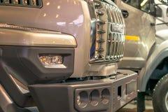 Traliewerk van de radiators van vrachtwagens in reeks worden tentoongesteld die stock foto