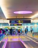 Trallevator à l'aéroport de Changi, Singapour Image stock