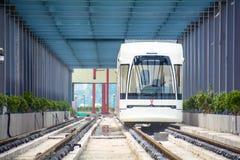 Tramï ¼运行在tracksï ¼ ‰的ˆA公共汽车 库存图片