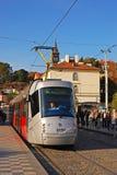 Tram à Prague sur la route de Klarov à l'arrêt de tram de Malostranska photos stock