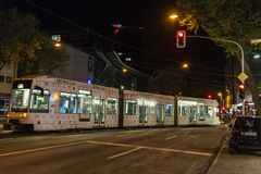 Tram alla notte a Dusseldorf, Germania Fotografie Stock