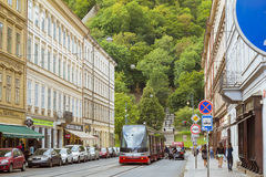 Tram alta tecnologia Skoda su un'ampia via nel distretto Nove Mesto Praga Fotografia Stock Libera da Diritti