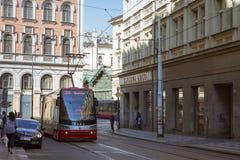 Tram alta tecnologia Skoda su un'ampia via nel distretto Nove Mesto Praga Fotografia Stock