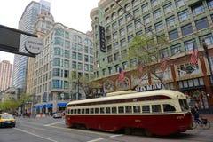 Tram antico sulla via del mercato, San Francisco, U.S.A. Immagine Stock