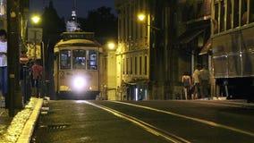 Tram antico sulla via nella città di notte stock footage
