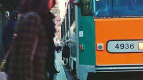 Tram arancio di Milano che passa vicino stock footage