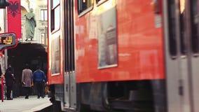 Tram arancio di Milano che passa vicino video d archivio