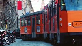 Tram arancio di Milano che passa vicino archivi video
