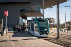 Tram aspettante della gente nella città di Barcellona, Spagna Immagini Stock