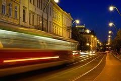 Tram auf der Abendstraße stockfotografie