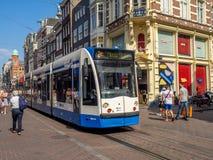 Tram auf der beschäftigten Einkaufsstraße von Leidsestraat lizenzfreie stockfotografie