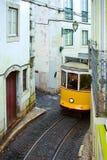 Tram 28 auf der Straße in Lissabon, Stockbilder