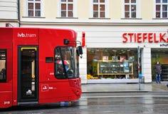 Tram auf der Straße von Innsbruck, Österreich Stockfoto