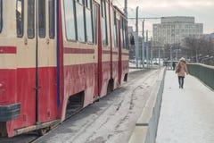 Tram auf einer Brücke im Winter Stockbild