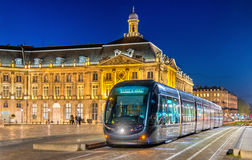 Tram auf Place de la Bourse im Bordeaux, Frankreich Stockfotos