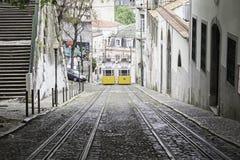 Tram auf Steigung Stockbild