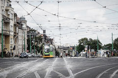Tram auf Straße Lizenzfreie Stockfotografie
