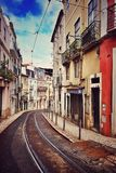 Tram-Bahnen auf Lissabon-Straße stockbild