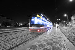 Tram bij oude straat in Praag, Tsjechische Republiek op 30 December, 2015 Stock Afbeeldingen