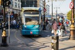 Tram binnen de stad in in Istanboel Stock Afbeeldingen