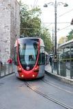 Tram binnen de stad in in Istanboel Stock Foto