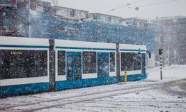 Tram bleu dans un jour neigeux Image stock