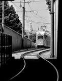 Tram in Boedapest, dat van een Ondergrondse Tunnel wordt bekeken stock foto